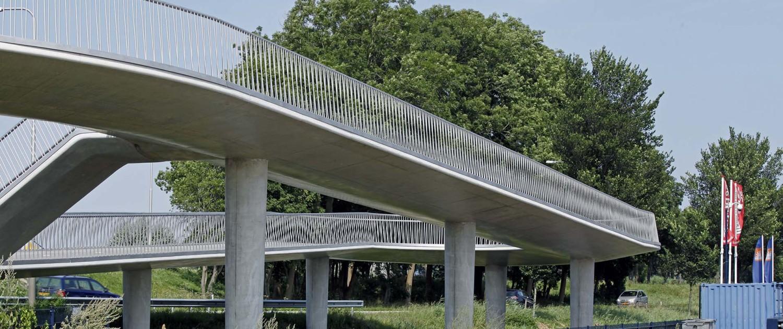betonnen steunpilaren en transparant hekwerk van fietsbrug Heerhugowaard, brugontwerp door ipv Delft