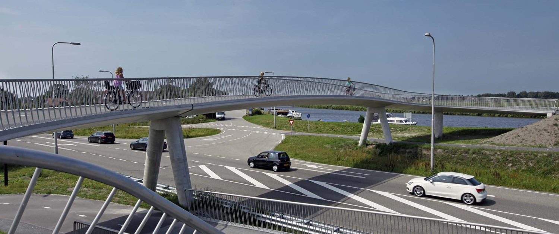 transparant hekwerk en betonnen steunpilaren, fietsbrug over N242, Heerhugowaard