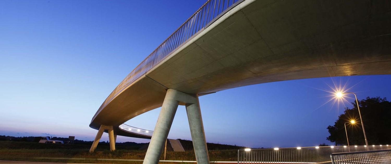 fietsbrug Heerhugowaard, fietsbrug over weg, betonnen pilaren, transparant hekwerk, brugontwerp door ipv Delft