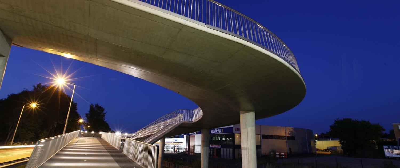 onderaanzicht fietsbrug Heerhugowaard, betonnen pilaren, beton wegdek en transparant hekwerk, brugontwerp door ipv Delft
