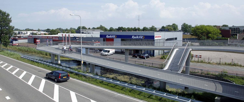 fietsbrug Heerhugowaard, transparant hekwerk en betonnen steunpilaren. brugontwerp door ipv Delft