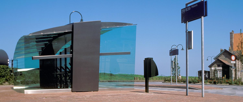 Medemblik multifunctionele wachtruimte stationsplein met fietsenstalling transparant antracietkleurig stalen skelet voorzien van groen glas