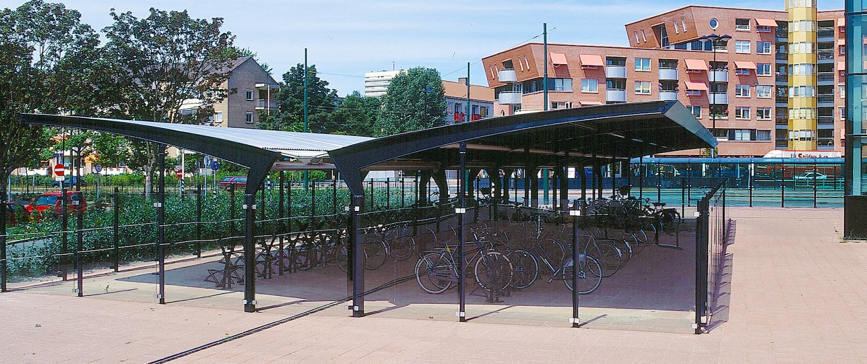 buitenstijl Stationsplein Rijswijk Generaal Eisenhowerplein zakelijke uitstraling fietsenstalling duidelijke vormtaal glazen wanden en gebogen dakvorm voor schuilfunctie