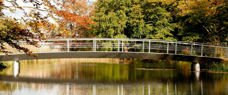 brug landgoed Broekhuizen zijaanzicht stalen voetgangersbrug Engelse landschapsstijl