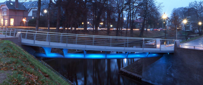 speelse aanlichting Looijersgracht toegankelijke fiets-en voetgangersbrug Steenwijk