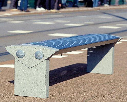 Triangel-lijn modern straatmeubilair Falco banken de triangelvorm gebogen oppervlakken met langwerpige uitsparingen eenvoudige vormentaal beton rvs TU Delft Den Haag