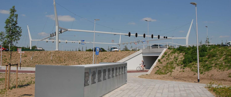 vernieuwing fiets- en voetgangersbruggen poort Neerbosch kruispunt, witte betonnen randelementen, tunnelontwerp door ipv Delft