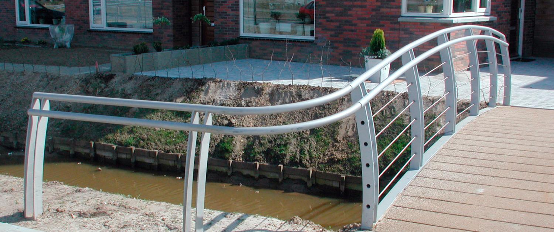 Het Jeurlink Deventer handregel voetgangersbrug moderne vormtaal sobere hekwerk