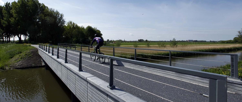 fiets en voetgangersbrug, metselwerkpatroon aan de zijkant, brugontwerp door ipv Delft, Maasland Kralingerpad