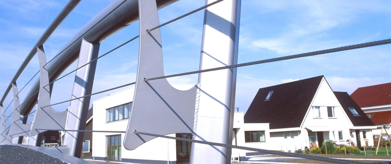 fiets- en voetgangersbruggen De Oudvaart Sneek modern en licht aluminiumkleurige buisprofielen