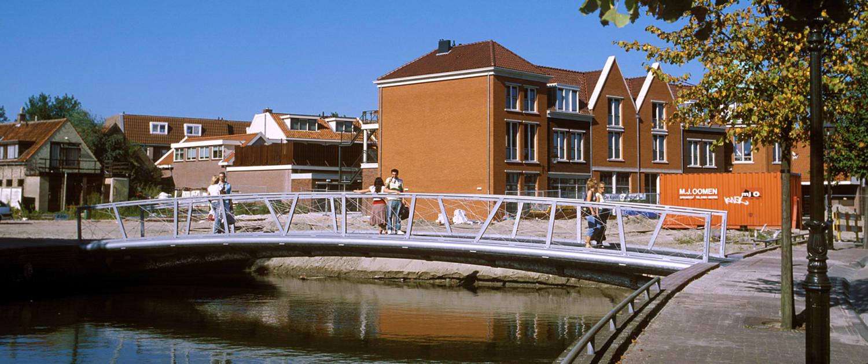 Havenplein Spijkenisse moderne stalen fiets- en voetgangersbrug stalen brugdek