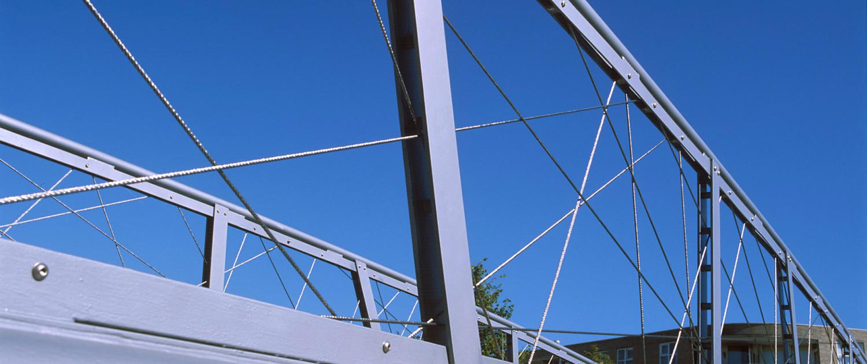 Havenplein Spijkenisse fiets- en voetgangersbrug transparant, speels hekwerk spankabels