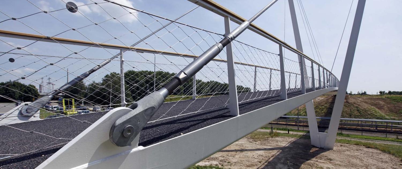 detail van gazen hekwerk van brugontwep pyloonbrug met asymmetrische v-vorm, slank stalen wegdek en houten handregel, brugontwerp door ipv Delft, Heidekamppark Stein