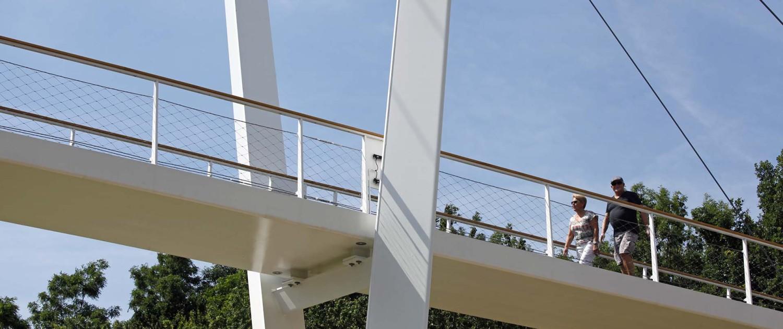 brugontwerp met slank stalen dek, houten handregel,en asymmetrische v-vormige pyloon, ontwerp door ipv Delft, Heidekamppark Stein