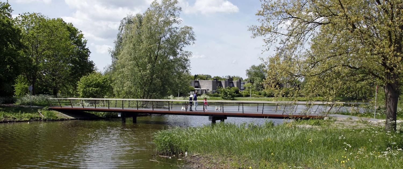 voetgangers brug boogburg Bijlmerweide, cortenstalen liggers, steunpalen