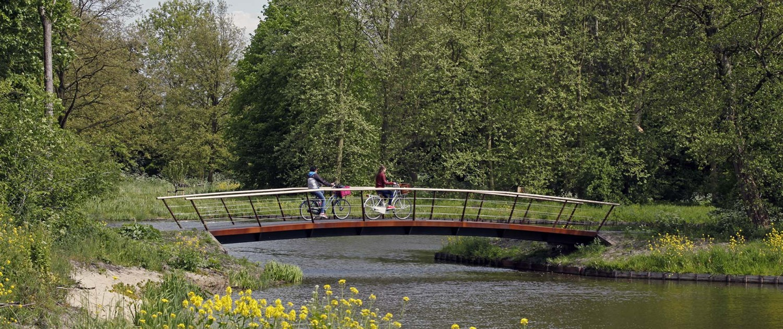 fietsersbrug Bijlmerwijde boogbrug, hekwerk met cortenstalen liggers en balusters
