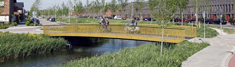 karakteristiek plaatstaal zijkant brug, voetgangers en fietsersbrug, Alphen a/d Rijn