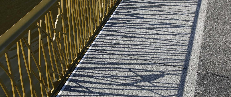 schaduw hekwerk voetgangers en fietsersbrug Alphen a/d Rijn