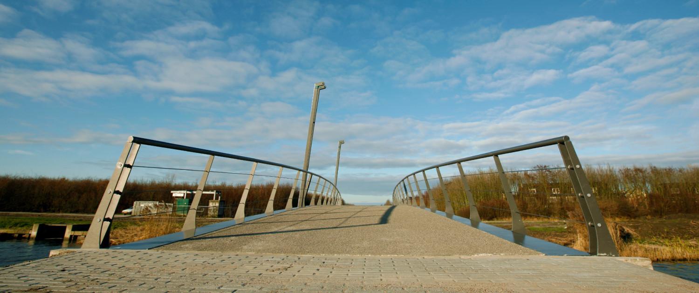 Hoge Wetering ingetogen vormgeving slanke brugconstructie smal hekwerk
