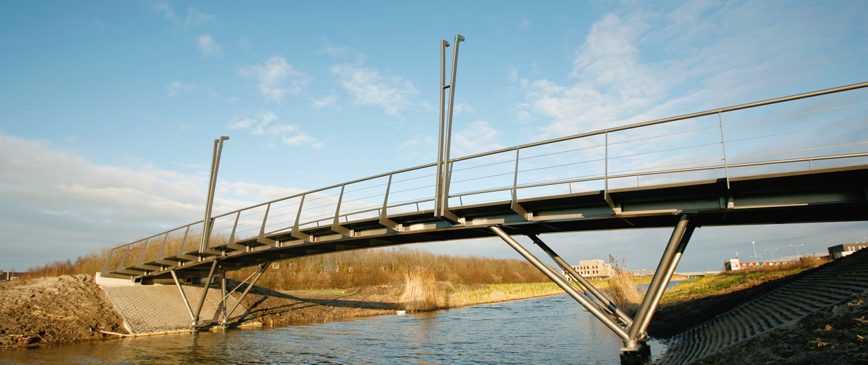 slanke uitstraling geïntegreerde lichtmasten verhoogde landhoofden gevorkte steunpunten brugontwerp