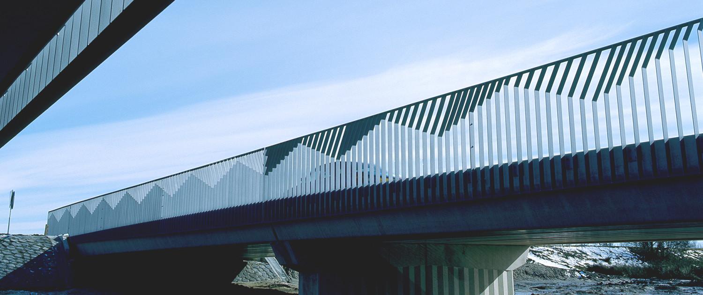 fiets- en verkeersbrug over de Runde Emmen omliggende glastuinbouw strippenhekwerk zigzaggende kniklijnen