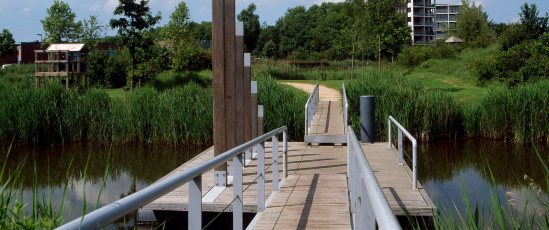 verschillend ontwerp fiets- en voetgangersbruggen Ouverture Goes opvallende oplopende houten palen