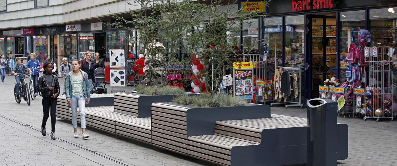 ontwerp straatmeubilair XXL- banken met houten bekleding en metalen zijpanelen, verschillende zitniveaus en vrijstaande boombakken, stadscentrum Zwolle