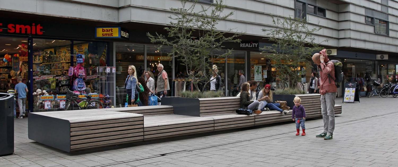 straatmeubilair XXL- banken met houten bekleding en metalen zijpanelen, verschillende zitniveaus en vrijstaande boombakken, stadscentrum zwolle