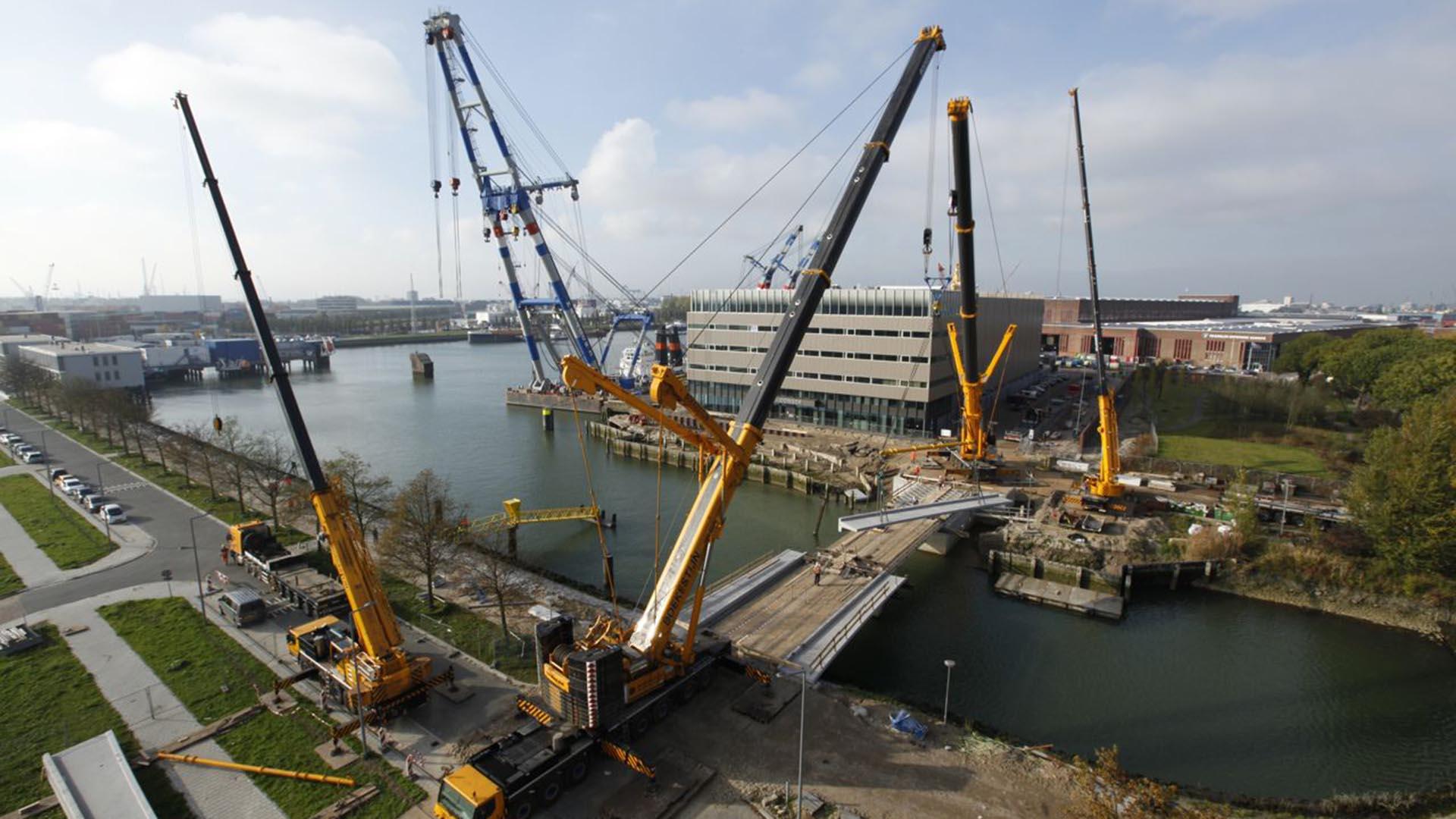 inhijsen voetpad dekdelen, brugontwerp, brug in aanbouw in Heysehaven Rotterdam