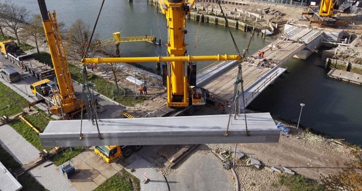 plaatsing dekdelen van ontwerp verkeersbrug Heysehaven Rotterdam