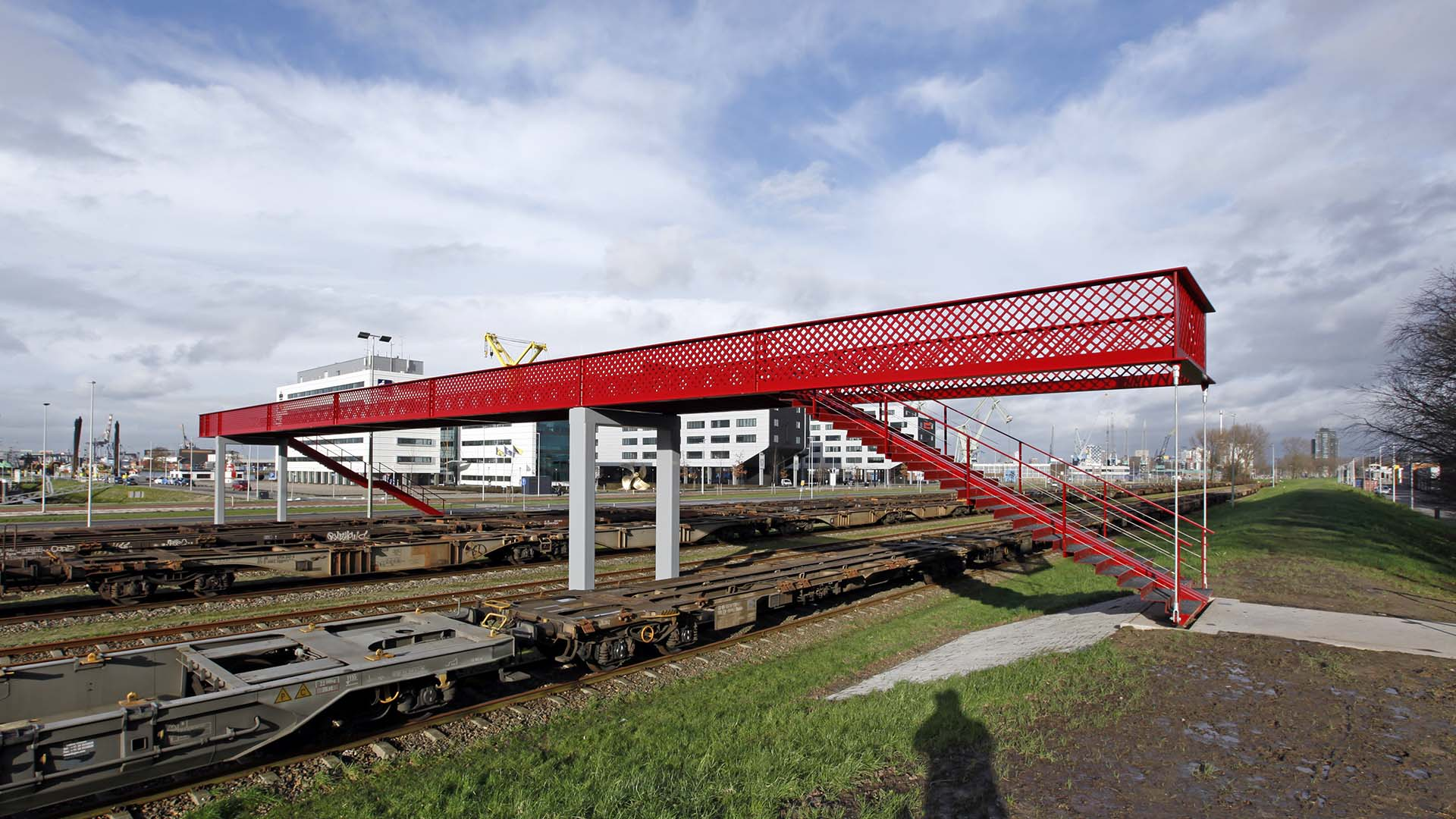 rode voetgangersbrug, passend en simpel ontwerp, ruitenpatroon aan de zijkant, brugontwerp door ipv Delft, Waalhaven