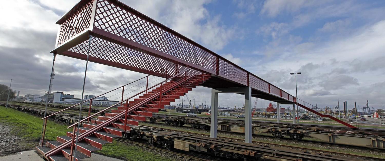 efficient, simpel en aantrekkelijk brugontwerp in containerrode kleur, voetgangersbrug door ipv Delft, Waalhaven