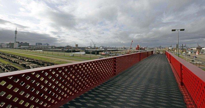 uitzicht vanaf rode brug, metalen efficiente brugconstructie, voetgangerspad over spoor, Waalhaven, ontwerp door ipv Delft