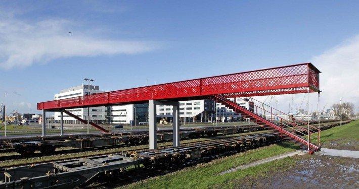 rode brug waalhaven, voetgangersbrug over het spoor, uniek strak ontwerp