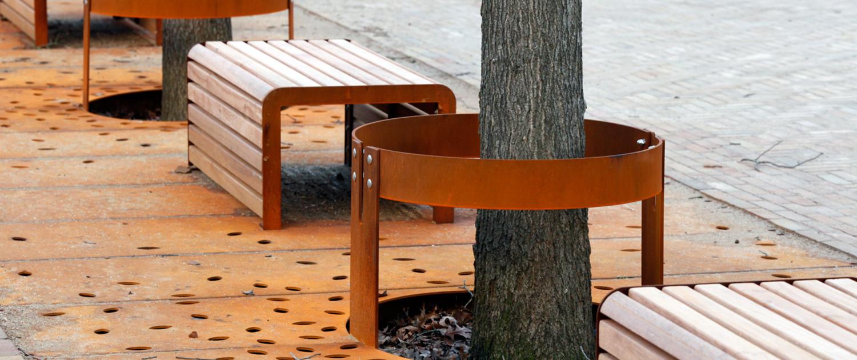 inrichting van openbare ruimte, roestbruine boomroosters, modern rond ontwerp