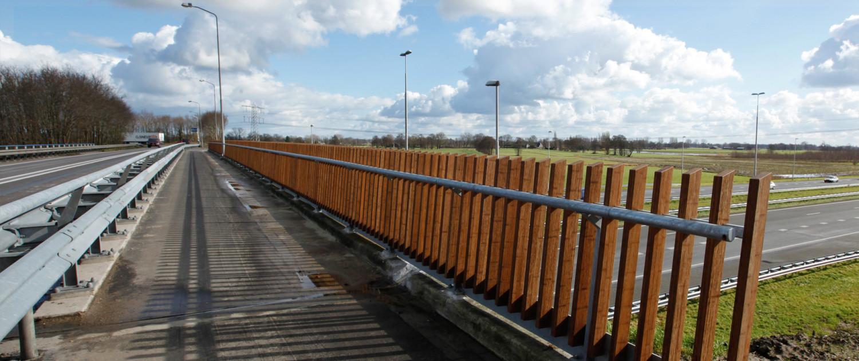 voetgangerbrug met houten balustrade, brugontwerp door ipv Delft