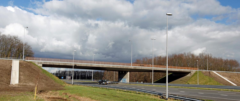 voetgangersbrug over A50, houten balustrade, brugontwerp door ipv Delft