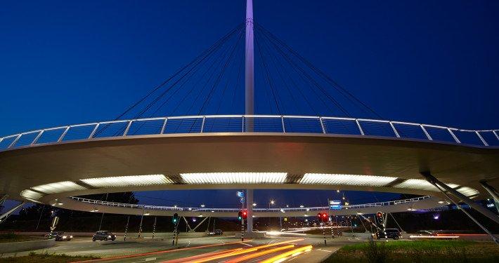 Hovenring eindhoven ipv Delft, brugontwerp door ipv Delft, nacht, pyloonbrug voor fietsers