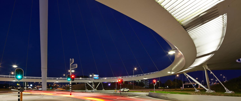 hovenring eindhoven bij nacht, moderne pyloonbrug voor fietsers, overpass over de snelweg