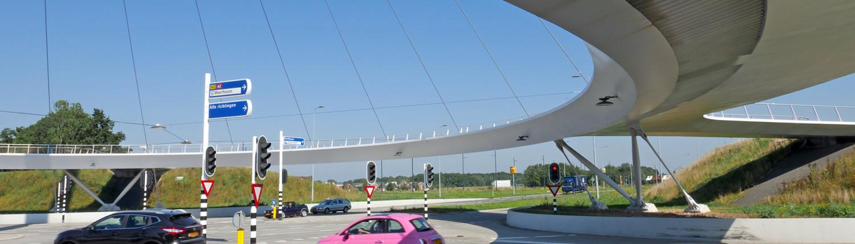 hovenring Eindhoven, onder de fiets en voetgangersbrug, snelweg, brugontwerp door ipv Delft