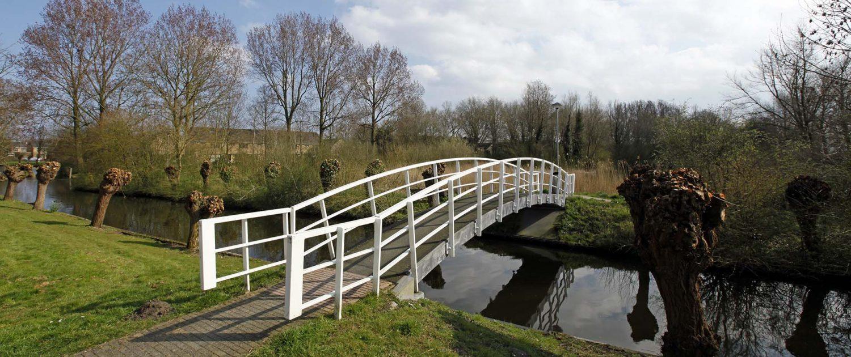 duurzame stalen brug, modern basisontwerp, wit brugontwerp, ontwerp door ipv Delft