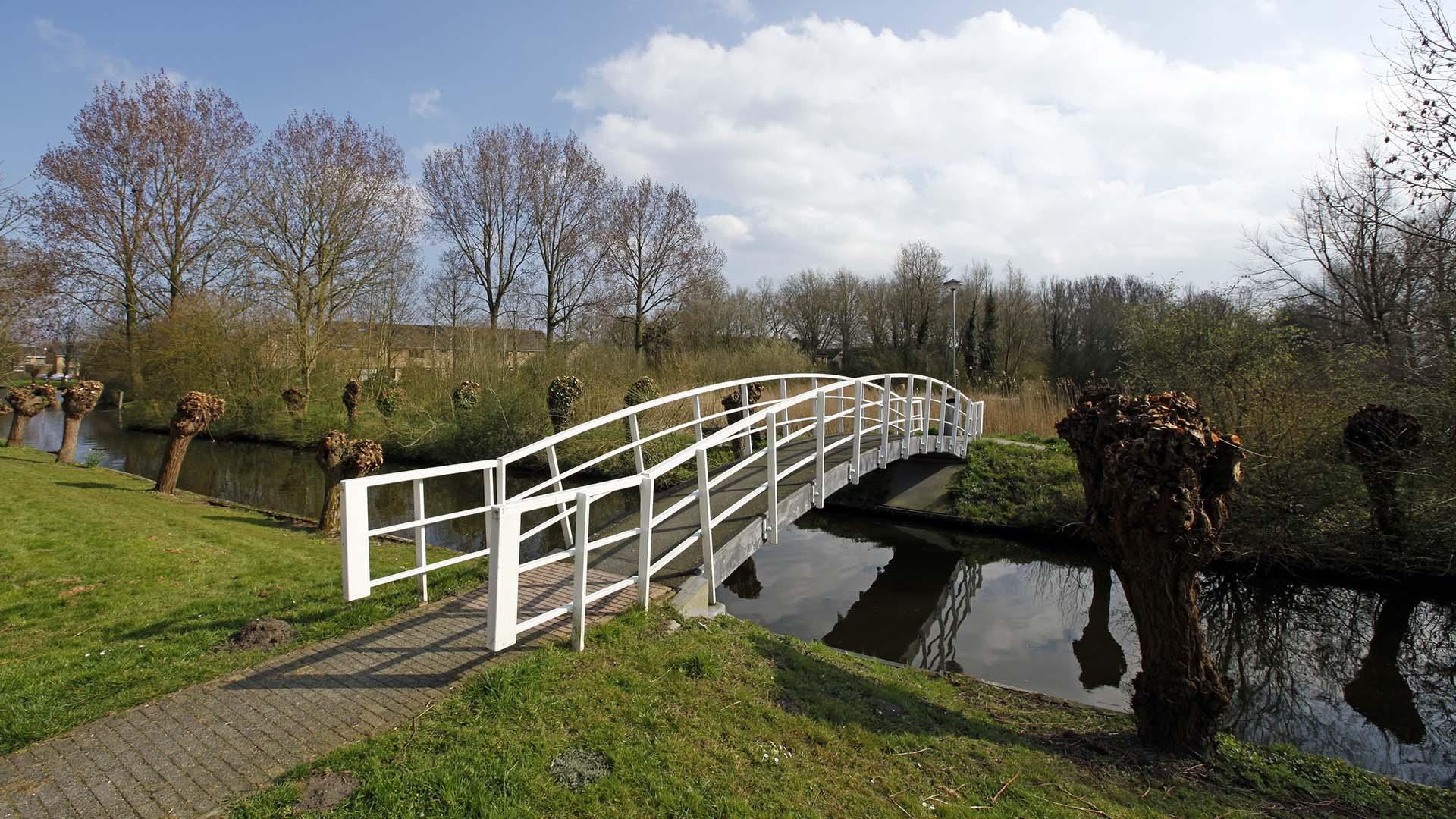 stalen brug, modern basisontwerp, wit brugontwerp, ontwerp door ipv Delft