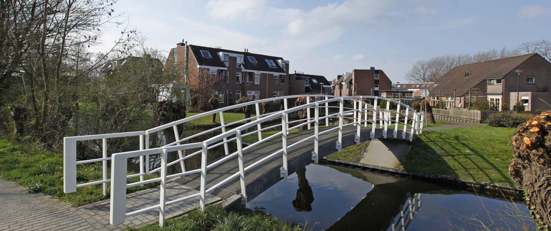 moderne vormgeving brug, witte fiets en voetgangersbrug over het water, brugontwerp door ipv Delft