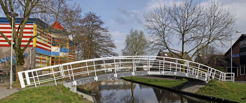 fiets en voetgangersbrug, wit stalen basisontwerp brug, modern brugontwerp door ipv Delft