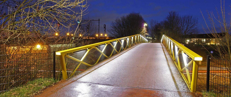 moderne fietsbrug over viaduct, balustrade met sinusvormen, ontwerp door ipv Delft, brugontwerp Westervoort