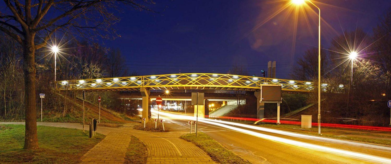 brug over autoweg, moderne fietsbrug Westervoort. ontwerp door ipv Delft, viaduct