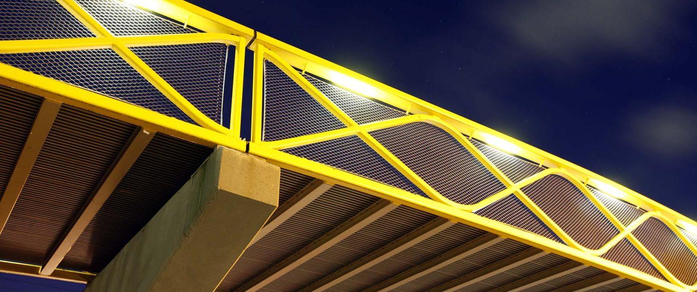 fietsbrug Westervoort. onderaanzicht, moderne brug met gele balustrade, ontwerp door ipv Delft