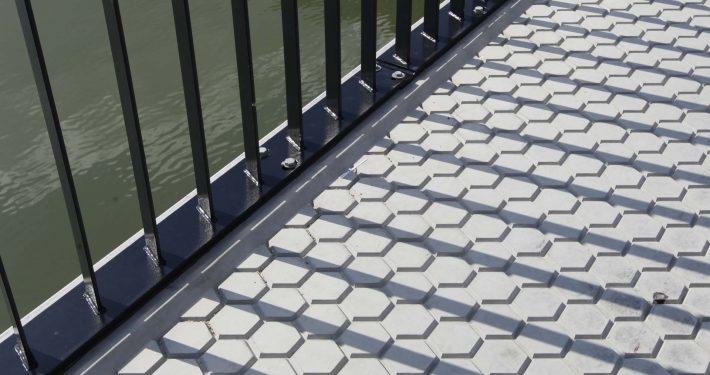 detail van verkeersbrug wegdek, brug over het water, brugontwerp door ipv Delft