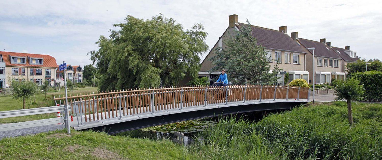 fiets en voetgangersbrug op Texel, UHSB materiaal, brugontwerp door ipv Delft