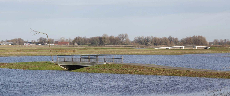 verkeers en voetgangersbrug 'Ruimte Voor De Rivier' ontpoldering Noordwaard, deel van brugfamillie, brugontwerp door ipv Delft